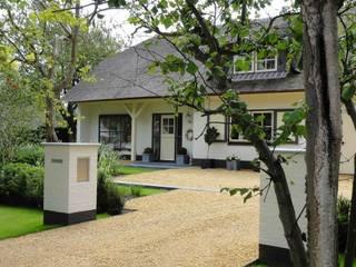 Jardins clássicos por Buro Ruimte & Groen Clássico