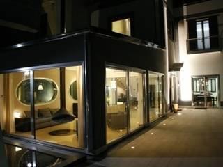 villa in collina Finestre & Porte in stile moderno di fumante Moderno