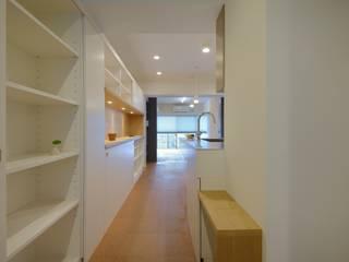 通路を兼ねるダイニング: ティー・ケー・ワークショップ一級建築士事務所が手掛けた廊下 & 玄関です。