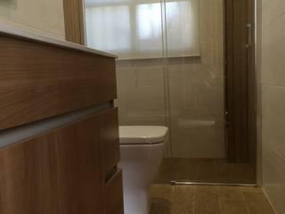 Baños de estilo moderno de Viroa ǀ Arquitectura – Interiorismo – Obras Moderno