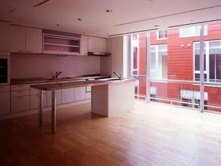 フロイデ彦島(ケアハウス、グループホーム、デイサービスステーション): 株式会社ヨシダデザインワークショップが手掛けたキッチンです。,モダン