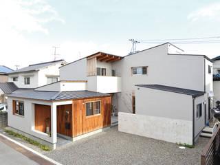 中庭を囲んで、家族が同じ空を見上げる家: ELD INTERIOR PRODUCTSが手掛けた家です。