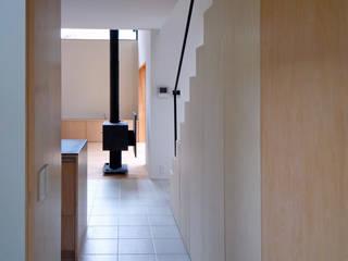木立に佇む家: 設計事務所アーキプレイスが手掛けた廊下 & 玄関です。