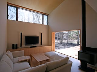 木立に佇む家: 設計事務所アーキプレイスが手掛けたリビングです。