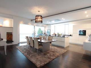 Offene Küche Weiß: moderne Küche von La Casa Wohnbau
