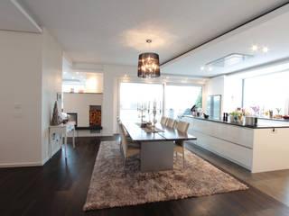 Essbereich: moderne Esszimmer von La Casa Wohnbau