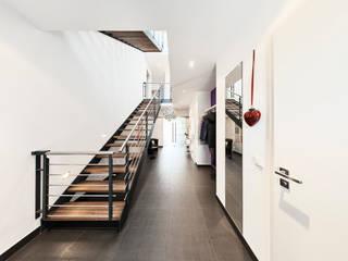 Geschickt Eingefädelt Moderner Flur, Diele & Treppenhaus von Architektur I Stadtplanung Verhoeven Modern