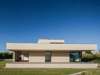 House in Belas, Sintra من Estúdio Urbano Arquitectos تبسيطي