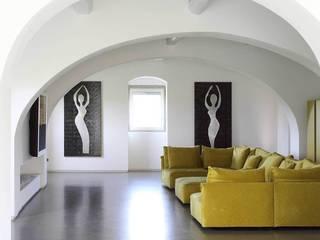 Ristrutturazione casa colonica: Soggiorno in stile  di CuboBianco