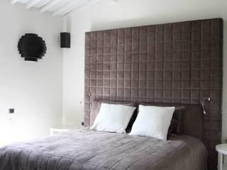 Ristrutturazione casa colonica: Camera da letto in stile in stile Moderno di CuboBianco