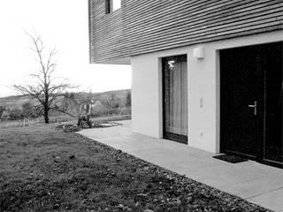 Gartenhof: moderne Häuser von snugdesign