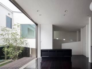 中庭と連続する空間: 前田敦計画工房が手掛けたダイニングです。