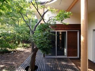 木漏れ日屋根のウッドデッキ: 前田敦計画工房が手掛けた家です。,