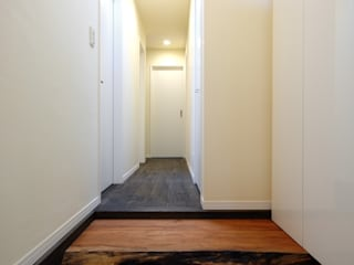 所有していたサクラの板の上がり框: 前田敦計画工房が手掛けた廊下 & 玄関です。,
