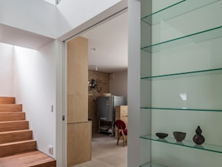 設計事務所アーキプレイス Pasillos, vestíbulos y escaleras modernos