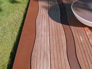 Lames ondulantes de bois et de corten Balcon, Veranda & Terrasse originaux par ALTIIS Éclectique