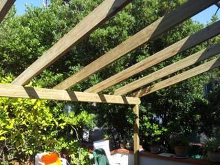 Pergola in Toscana Balcone, Veranda & Terrazza in stile mediterraneo di VIVERE IL FUORI Mediterraneo