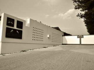 Riqualificazione, restyling e design degli spazi esterni ed interni di un maneggio Giardino moderno di ArKies Moderno
