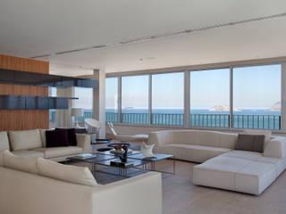 Living room by InTown Arquitetura e Construção LTDA, Minimalist