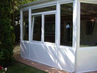 Ventanas y puertas de PVC: Terrazas de estilo  de SISTEMAS GAHM SL