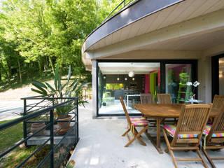 Cuisine linéaire ouverte avec îlot central Balcon, Veranda & Terrasse ruraux par LA CUISINE DANS LE BAIN SK CONCEPT Rural