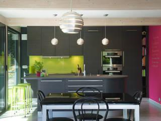 Cuisine linéaire ouverte avec îlot central Cuisine moderne par LA CUISINE DANS LE BAIN SK CONCEPT Moderne