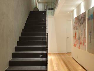 Corridor & hallway by InTown Arquitetura e Construção LTDA, Minimalist