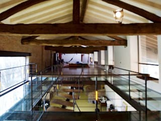 Ristrutturazione vecchio cascinale da destinare  a galleria d'arte e per l'organizzazione di eventi.: Sala multimediale in stile  di Studio associato Busi Bini e Fava
