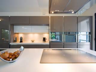 cuisine contemporaine laqué Corde plan de travail corian Cuisine moderne par LA CUISINE DANS LE BAIN SK CONCEPT Moderne
