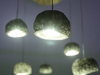 Pluie d'Ouricos: un lustre LED poétique:  de style  par MS Ebénisterie