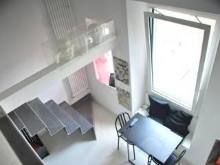 Living, vista dalla cucina: Soggiorno in stile  di Silvia Panaro Architettura e Design