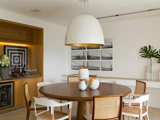 Panamby Apartment: Salas de jantar  por DIEGO REVOLLO ARQUITETURA S/S LTDA.,