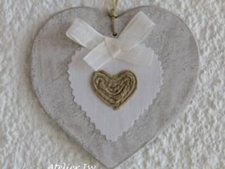 cuore in legno con decorazione stoffa e spago:  in stile  di Atelier Isy