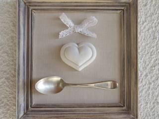 Quadro con posata in argento e cuore di gesso:  in stile  di Atelier Isy