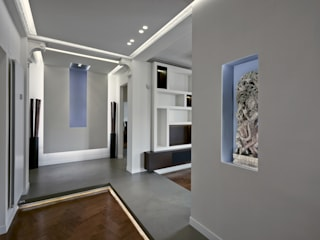Torino Centro: ristrutturazione completa di un appartamento per una coppia. Ingresso, Corridoio & Scale in stile minimalista di Onice Minimalista