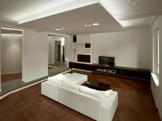 Torino Centro: ristrutturazione completa di un appartamento per una coppia.: Soggiorno in stile in stile Minimalista di Onice