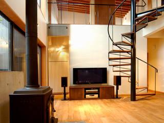福野の家: 濱田修建築研究所が手掛けたリビングです。,