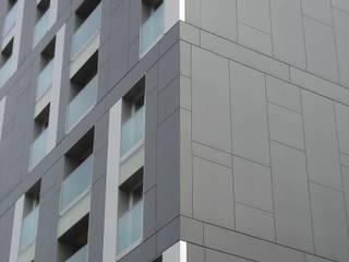 Eternitfassade von Spiegel Fassadenbau: moderne Häuser von Spiegel Fassadenbau