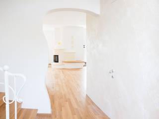 Porta a filo muro:  in stile  di Milani Iurisevic decorazioni