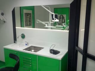 Praxisraum mit Arbeitsplatte und Rückwand aus lackiertem Glas:  Praxen von Ertl Glas Design