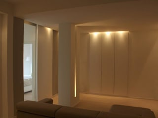 Il living guardando verso il guardaroba: Soggiorno in stile  di Silvia Panaro Architettura e Design