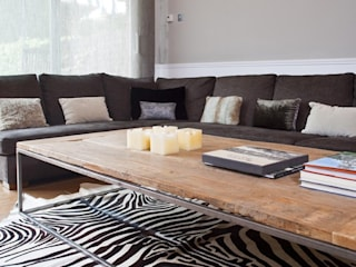 IN PLACE Modern Living Room by La Maison Barcelona Modern
