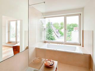 HAUS PANKOW: moderne Badezimmer von Müllers Büro