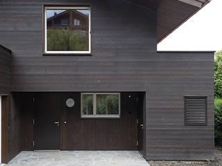 Ferienhausumbau in Leissigen: rustikale Häuser von Oliver Brandenberger Architekten BSA SIA