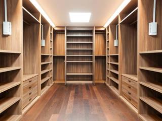 Vestidores de estilo  por Piwko-Bespoke Fitted Furniture