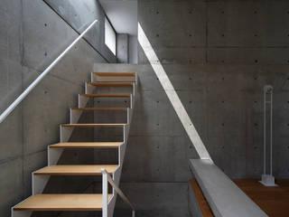Modern corridor, hallway & stairs by 田中幸実建築アトリエ Modern