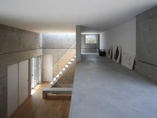 ロフト。書家でもある妻のアトリエ,天井は低くても座るので十分。: 田中幸実建築アトリエが手掛けた壁です。