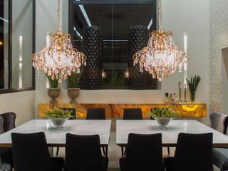 Simetria e ousadia: Salas de jantar  por RABAIOLI I FREITAS