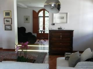 living | dopo: Soggiorno in stile in stile Eclettico di francesca ravidà    architetto | interior designer