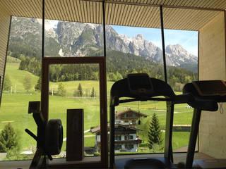 Fitnessraum Salzburger Hof, Leogang, AT: moderner Fitnessraum von BAU.GENIAL
